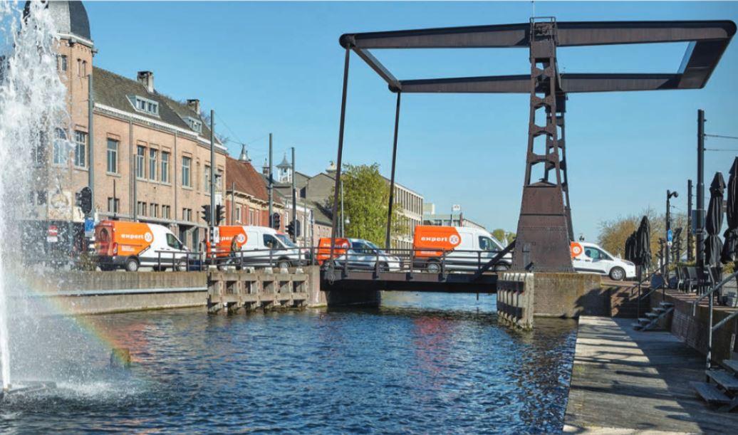 De bestelauto's van de Expert-winkels in Berkel en Rodenrijs, Pijnacker en Gouda doen per dag 130 tot 140 adressen aan.